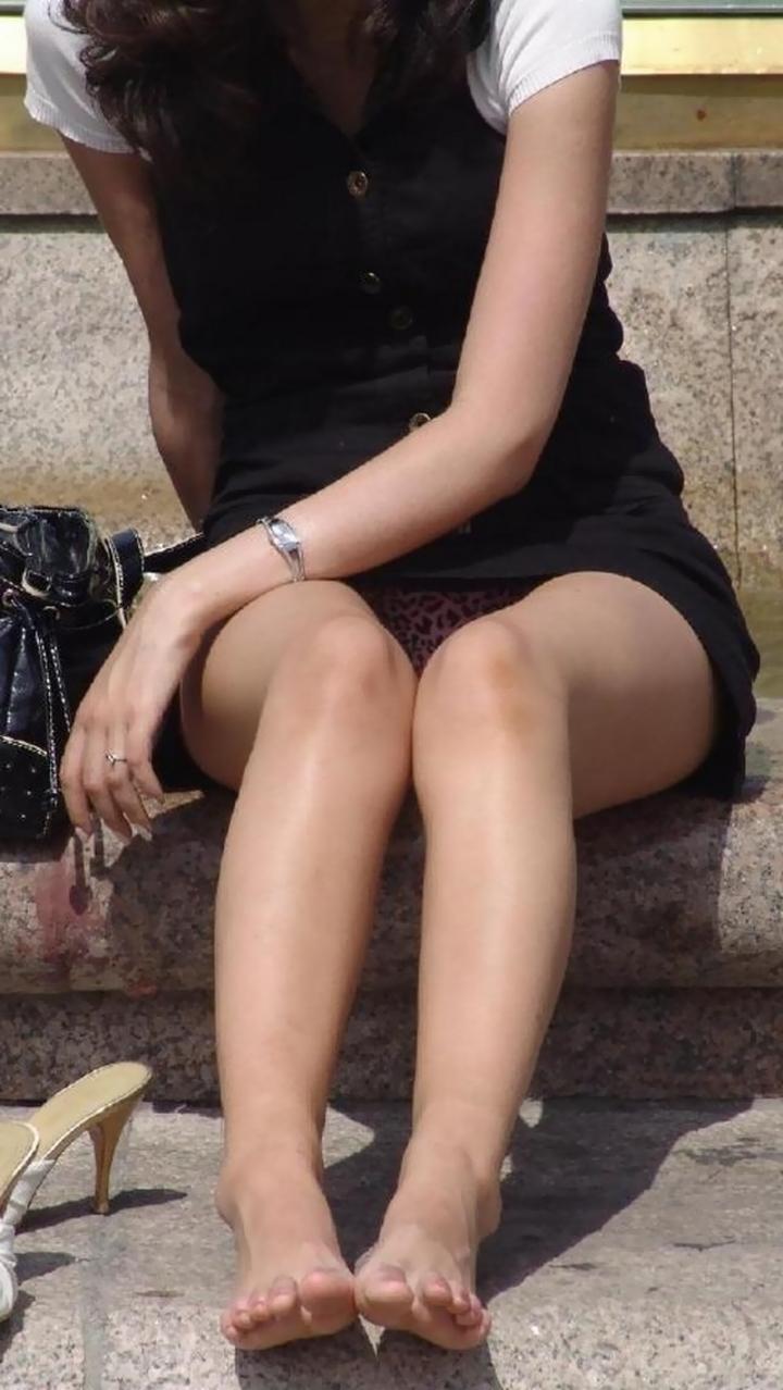 【パンチラ微エロ画像】ミニスカ女子が座ってる→正面回る。もはや黄金パターンのパンチラ撮りwww 06