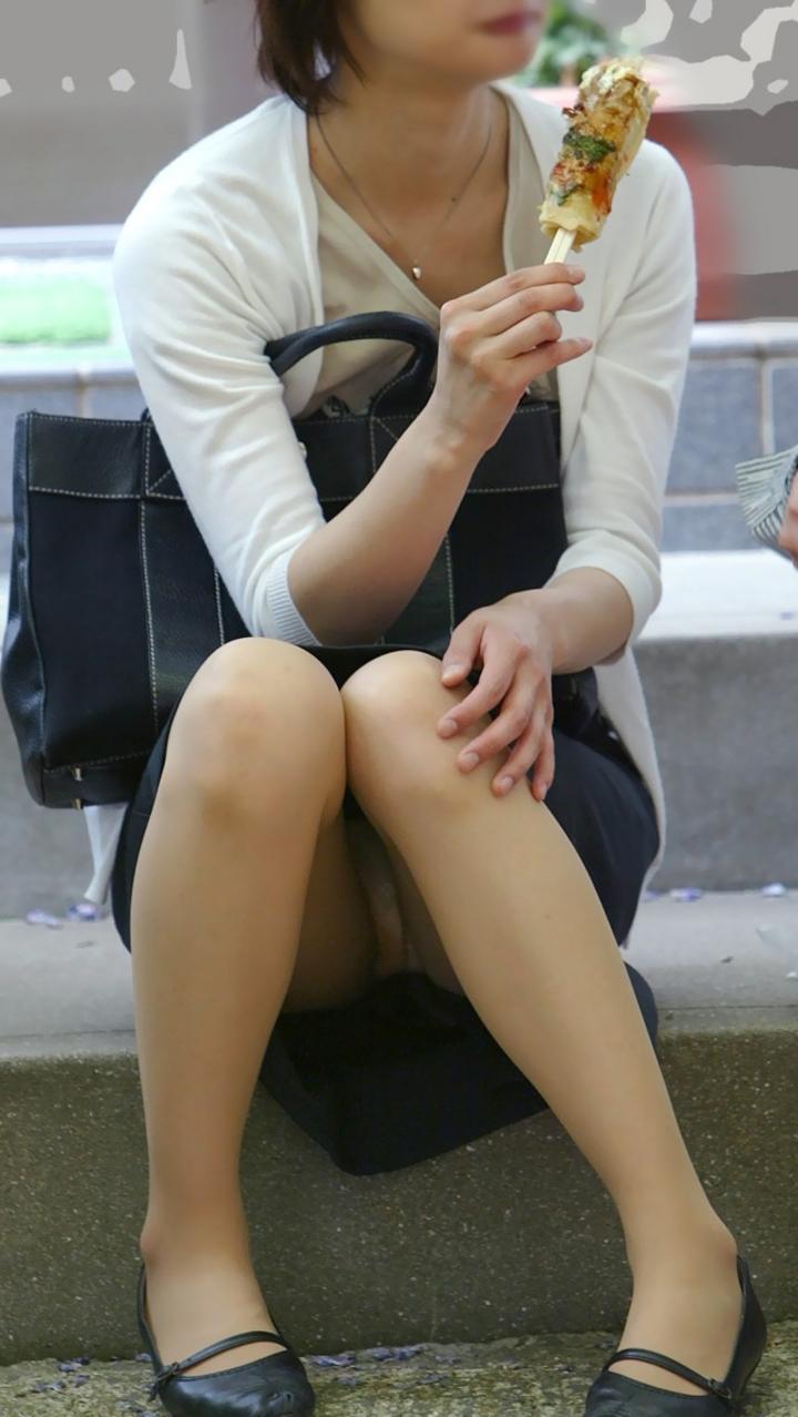 【パンチラ微エロ画像】ミニスカ女子が座ってる→正面回る。もはや黄金パターンのパンチラ撮りwww 09
