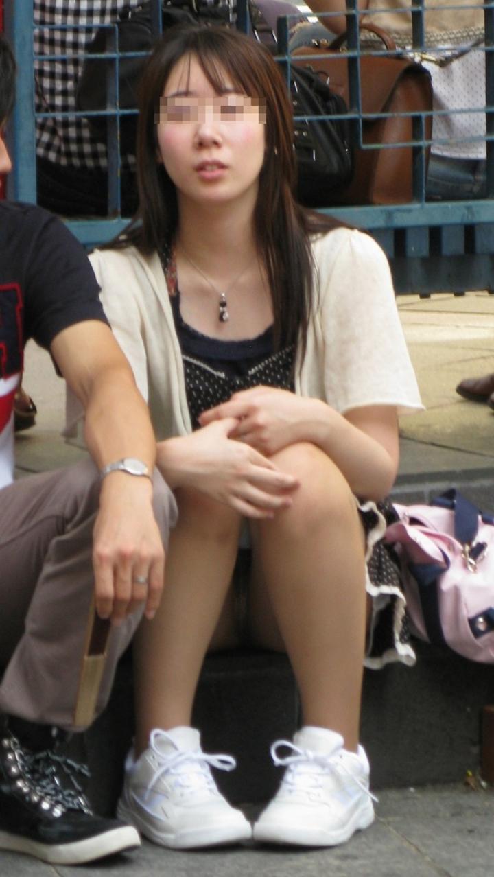 【パンチラ微エロ画像】ミニスカ女子が座ってる→正面回る。もはや黄金パターンのパンチラ撮りwww 11