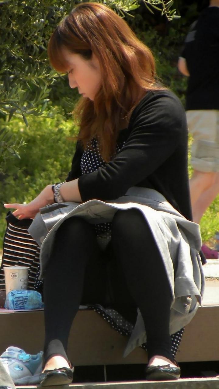 【パンチラ微エロ画像】ミニスカ女子が座ってる→正面回る。もはや黄金パターンのパンチラ撮りwww 15