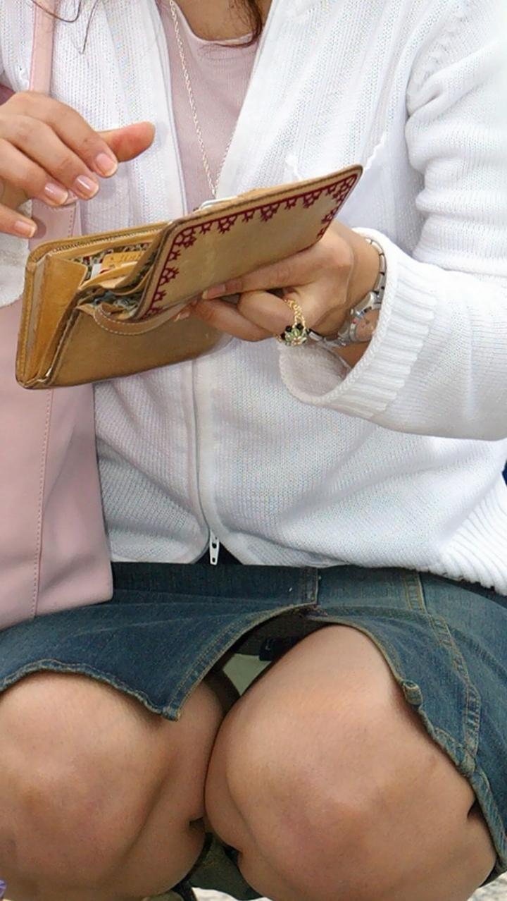【パンチラ微エロ画像】ミニスカ女子が座ってる→正面回る。もはや黄金パターンのパンチラ撮りwww 17