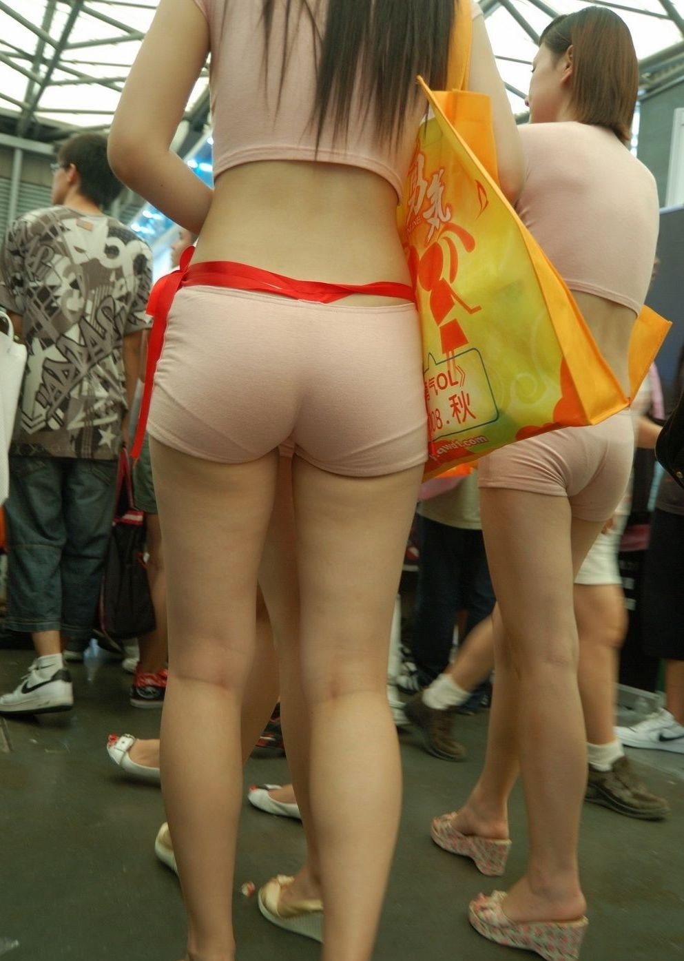 【キャンギャル&RQ尻エロ画像】さすが大勢に半裸を見せる人達w尻の上がりっぷりも半端ねぇwww 04