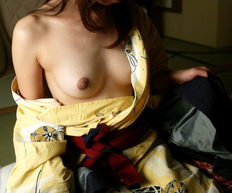 【片乳見せエロ画像】恥じらいながら片パイだけ晒す女の子、見られただけで乳首がビンビンの模様www 13