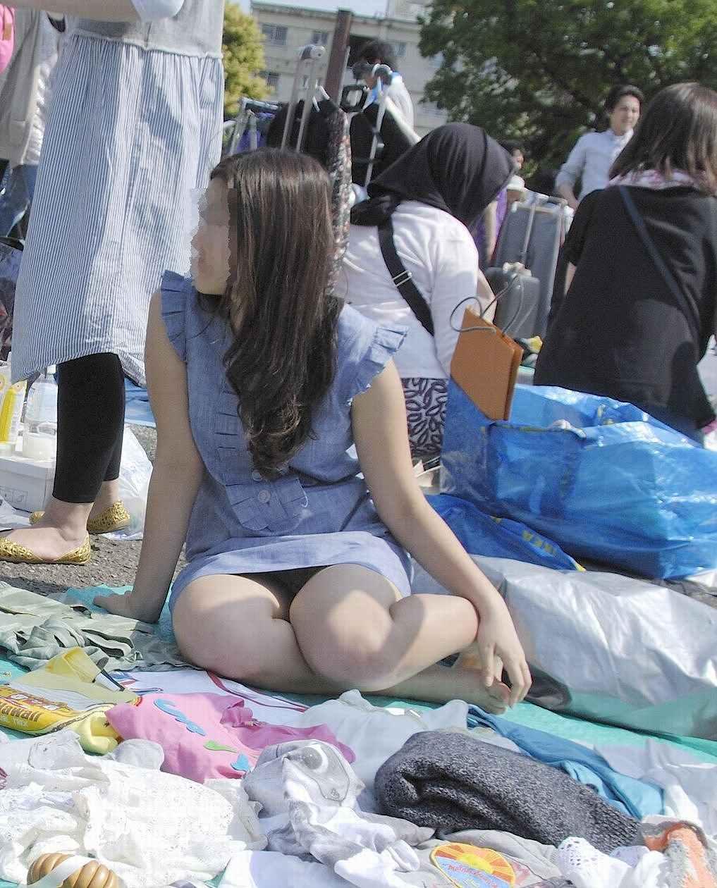 【パンチラエロ画像】ミニスカなのに性懲りも無くしゃがみ込む女が多いからどこ見ていいか判断に迷うwww 07