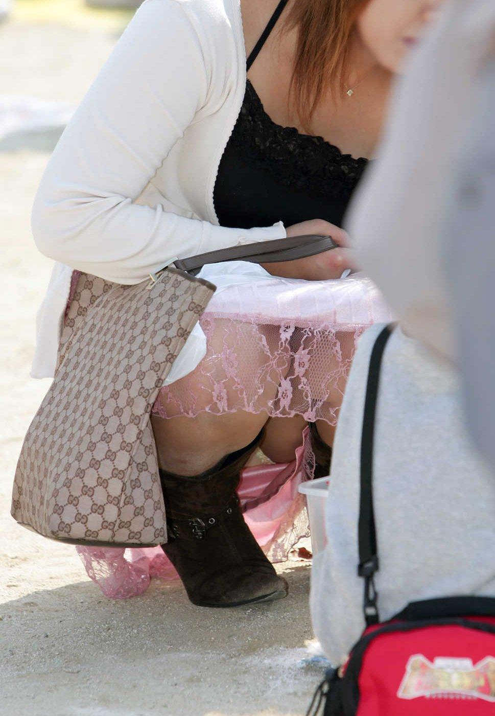 【パンチラエロ画像】ミニスカなのに性懲りも無くしゃがみ込む女が多いからどこ見ていいか判断に迷うwww 10