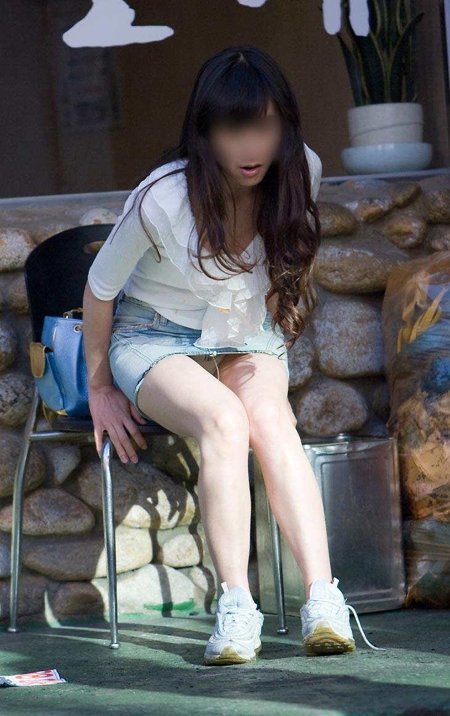 【パンチラエロ画像】ミニスカなのに性懲りも無くしゃがみ込む女が多いからどこ見ていいか判断に迷うwww 11