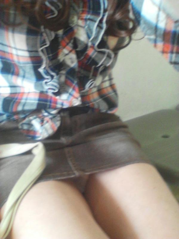 【パンチラエロ画像】ミニスカなのに性懲りも無くしゃがみ込む女が多いからどこ見ていいか判断に迷うwww 12