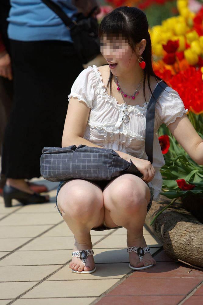 【パンチラエロ画像】ミニスカなのに性懲りも無くしゃがみ込む女が多いからどこ見ていいか判断に迷うwww 19