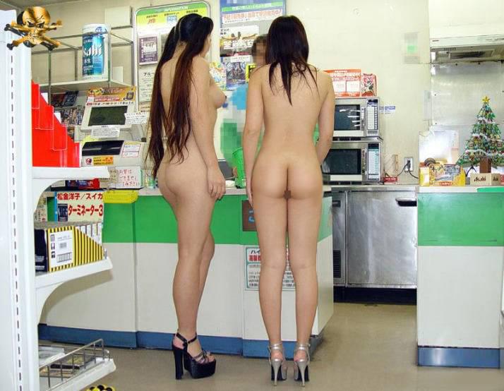 【素人露出エロ画像】あのお客様、脱ぐのはご遠慮を…聞いちゃいない変態の行為に店員も涙目www 19