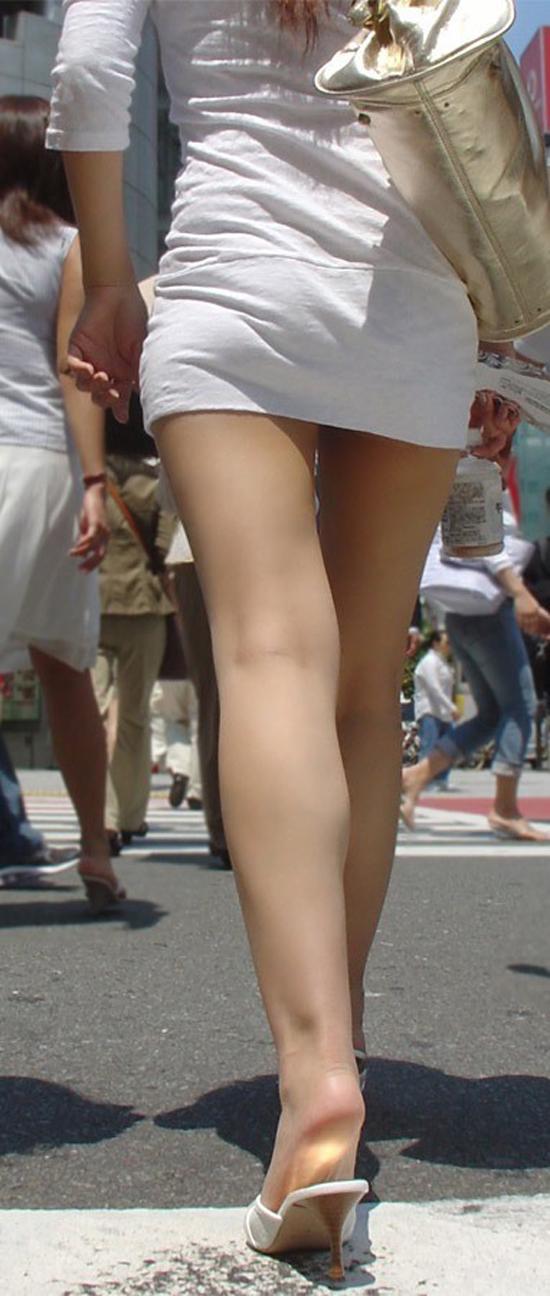 【着衣尻エロ画像】服着てるからこその圧倒的存在感っ!街中で揺れてる着衣の巨尻www 08