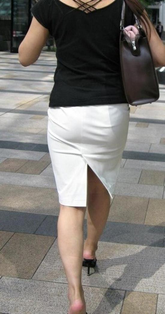 【着衣尻エロ画像】服着てるからこその圧倒的存在感っ!街中で揺れてる着衣の巨尻www 10