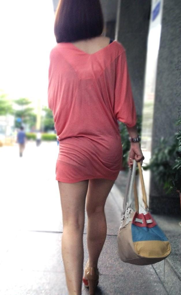 【着衣尻エロ画像】服着てるからこその圧倒的存在感っ!街中で揺れてる着衣の巨尻www 11