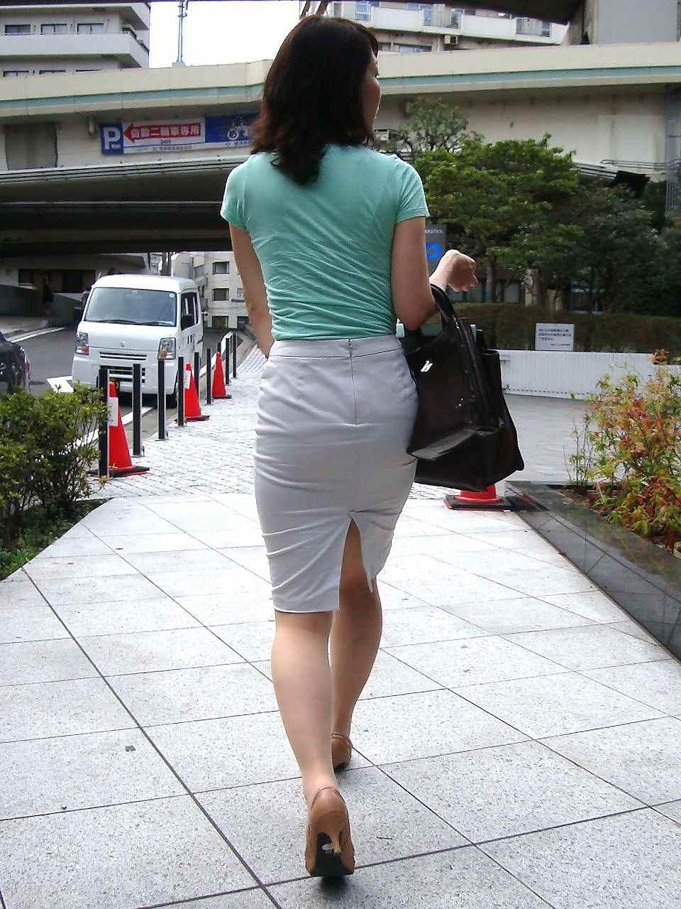 【着衣尻エロ画像】服着てるからこその圧倒的存在感っ!街中で揺れてる着衣の巨尻www 12
