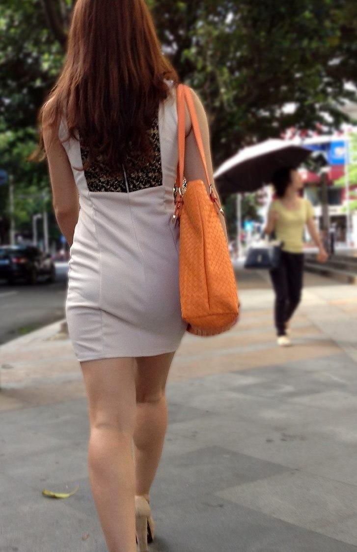 【着衣尻エロ画像】服着てるからこその圧倒的存在感っ!街中で揺れてる着衣の巨尻www 13