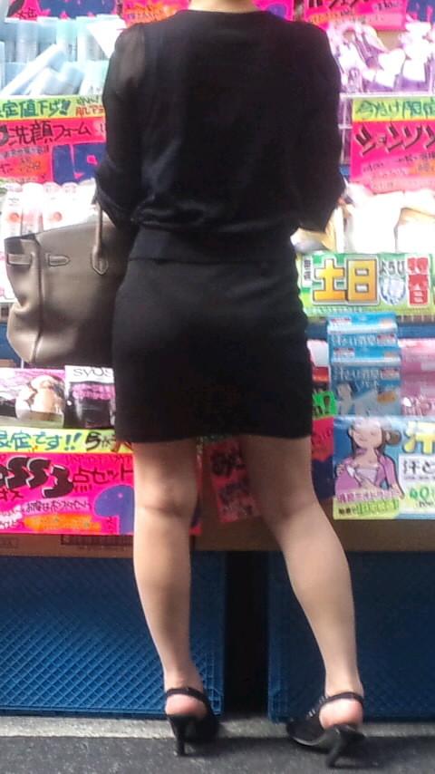 【着衣尻エロ画像】服着てるからこその圧倒的存在感っ!街中で揺れてる着衣の巨尻www 14