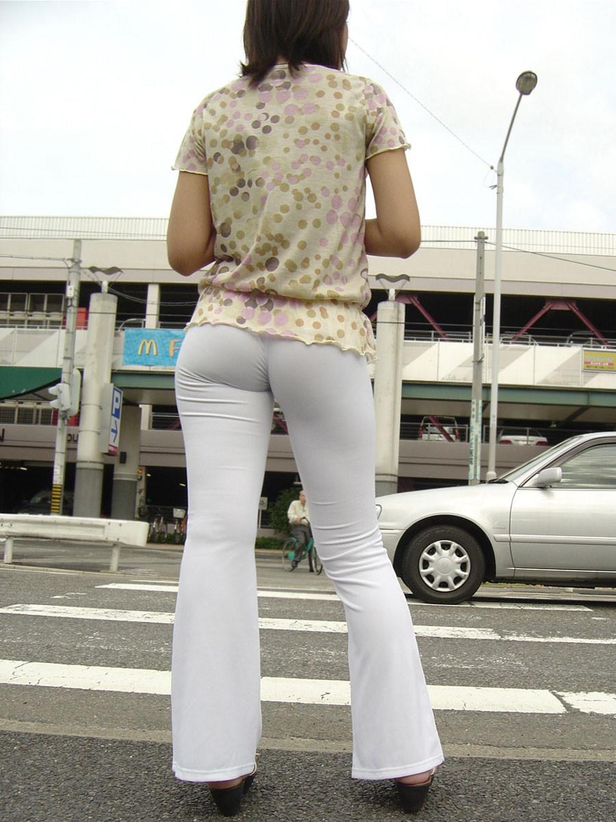 【着衣尻エロ画像】服着てるからこその圧倒的存在感っ!街中で揺れてる着衣の巨尻www 17