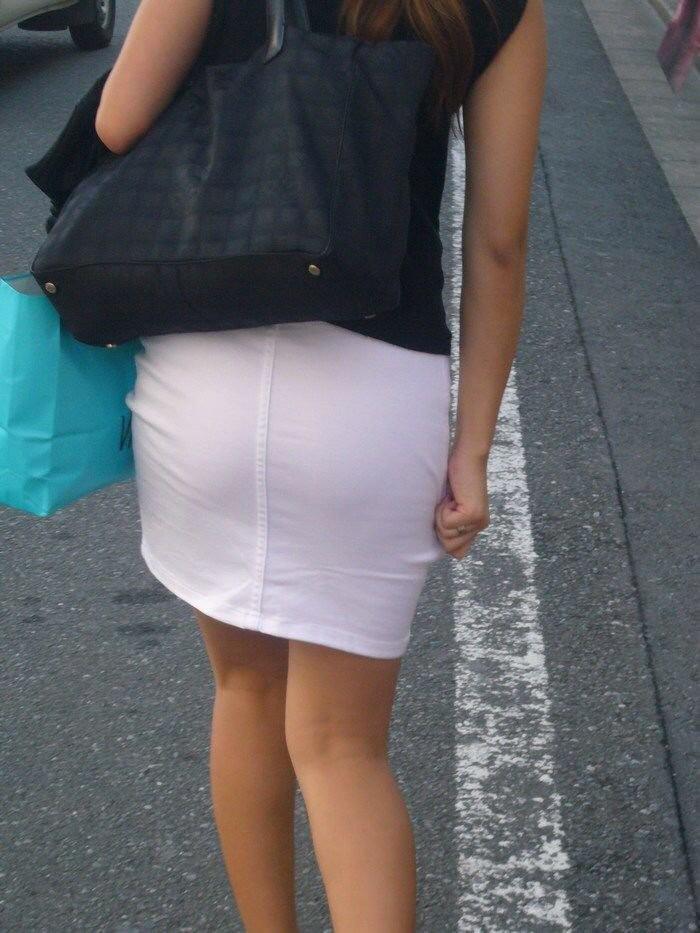 【着衣尻エロ画像】服着てるからこその圧倒的存在感っ!街中で揺れてる着衣の巨尻www 19