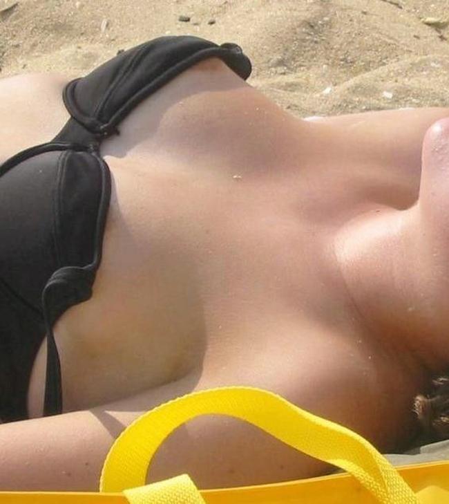 【水着ハプニングエロ画像】ビキニから乳首が零れたァ!逃さず撮影すれば永久保存の思い出完成www 20