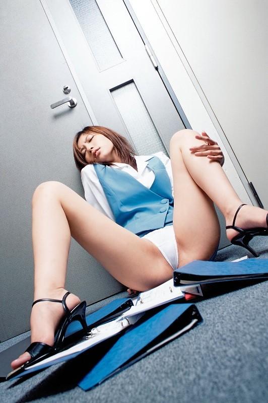 【OLエロ画像】業務中にも関わらず…制服乱してオフィスで誘惑する痴的OLさんwww 20