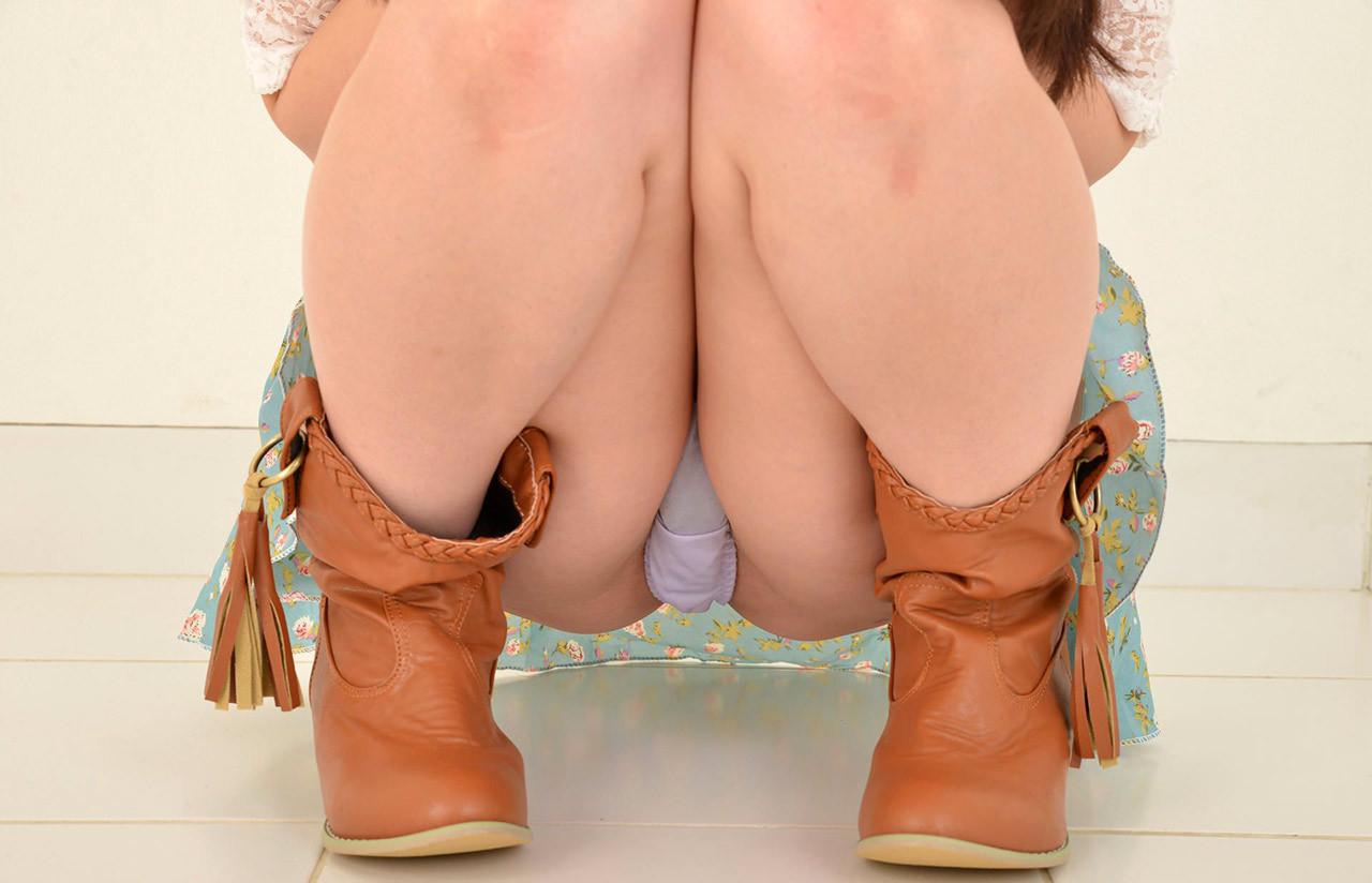 【女の股間エロ画像】秘密の園が隠れた股間をスナイプ!香りが漂って来そうな大接写www 14