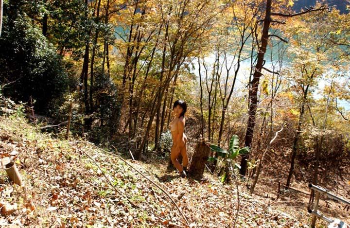 【素人露出エロ画像】こんな寒い中でも肌を晒すことだけは褒めてもいい変態淑女の露出行為www 09