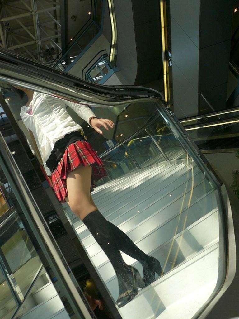 【ニーソフェチエロ画像】この僅かな生肌こそ至高!ずっと拝んでも飽きない絶対領域持ちの美脚www 02