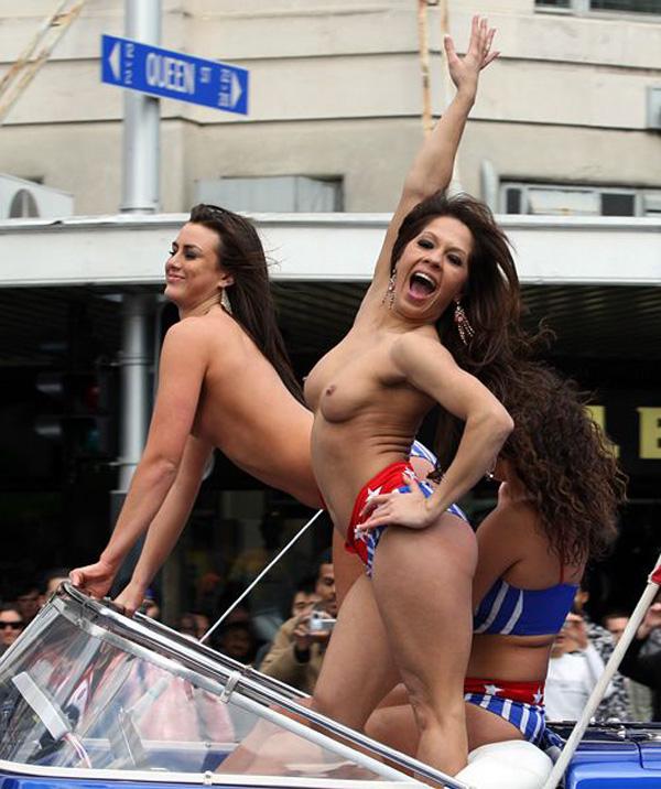 【海外露出エロ画像】まるで国が公認しているかのよう…通行人も気にしてない外人美女たちの露出www 07