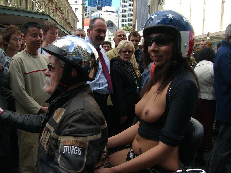 【海外露出エロ画像】まるで国が公認しているかのよう…通行人も気にしてない外人美女たちの露出www 08