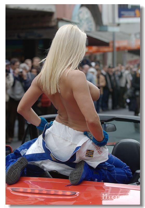【海外露出エロ画像】まるで国が公認しているかのよう…通行人も気にしてない外人美女たちの露出www 11