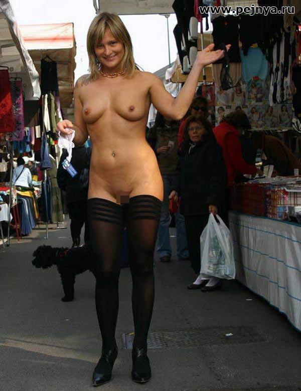 【海外露出エロ画像】まるで国が公認しているかのよう…通行人も気にしてない外人美女たちの露出www 14