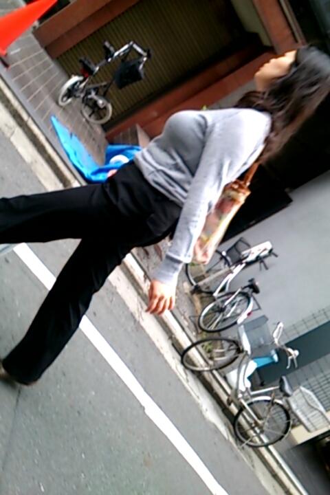 【着衣巨乳エロ画像】何着ても目立ってしまう膨らみ…増殖しすぎのイヤらしき乳袋持ちな素人www 04