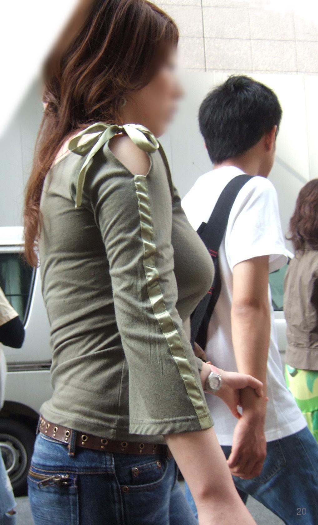 【着衣巨乳エロ画像】何着ても目立ってしまう膨らみ…増殖しすぎのイヤらしき乳袋持ちな素人www 09