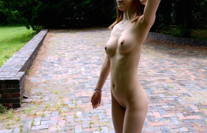 【素人露出エロ画像】マイ庭で毎朝脱いでます♪露出愛好家はセレブになっても変わらないwww 001