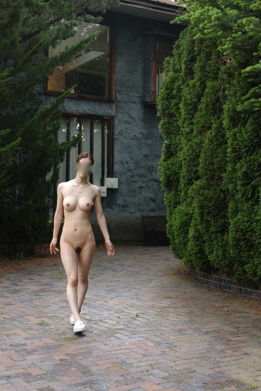 【素人露出エロ画像】マイ庭で毎朝脱いでます♪露出愛好家はセレブになっても変わらないwww 06