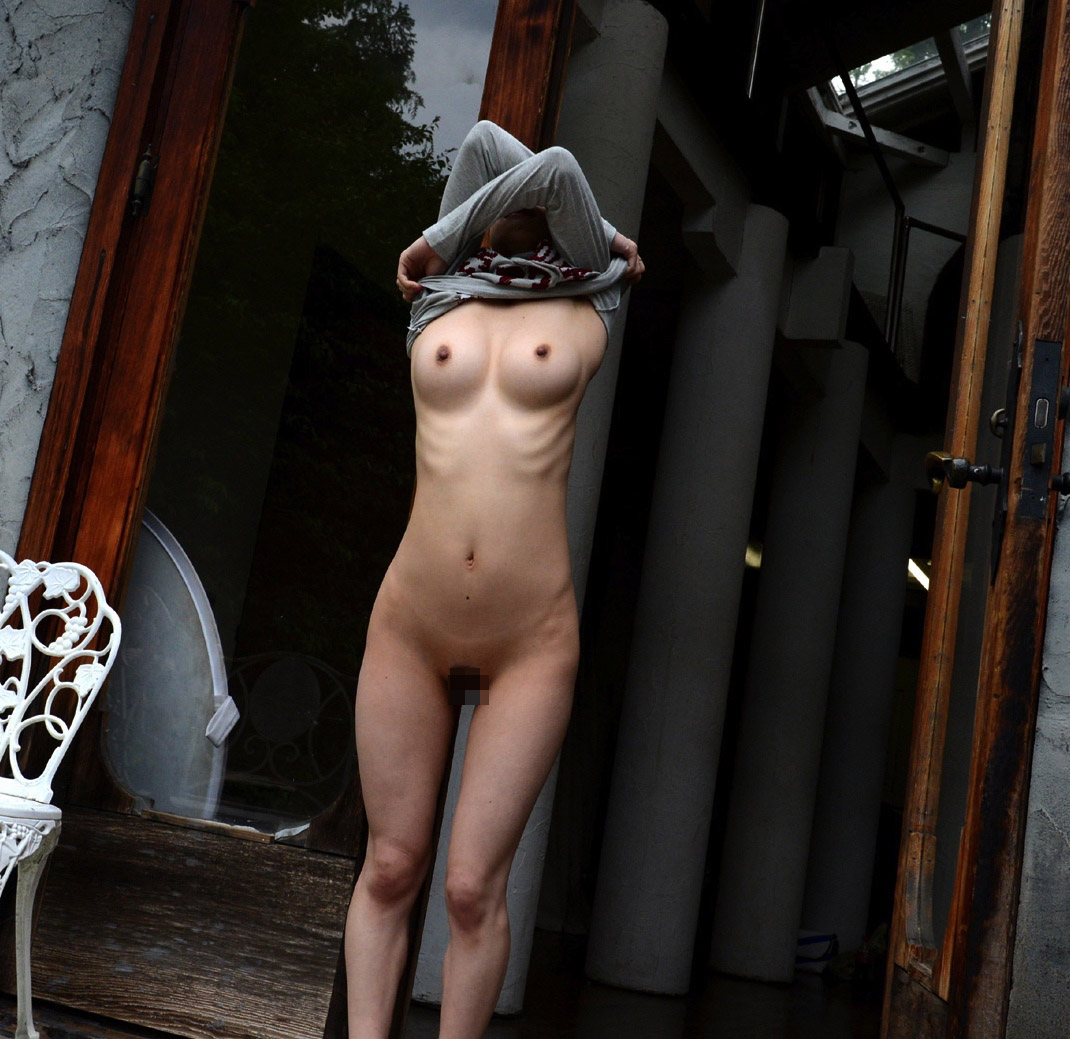 【素人露出エロ画像】マイ庭で毎朝脱いでます♪露出愛好家はセレブになっても変わらないwww 10