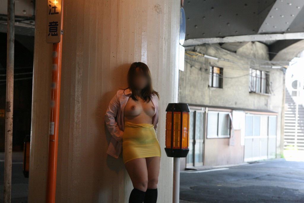 【素人露出エロ画像】マイ庭で毎朝脱いでます♪露出愛好家はセレブになっても変わらないwww 16