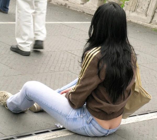 【ハミ尻エロ画像】ここは街中、なのにあの人は平気でローライズから半ケツ晒して痴女疑惑www 01