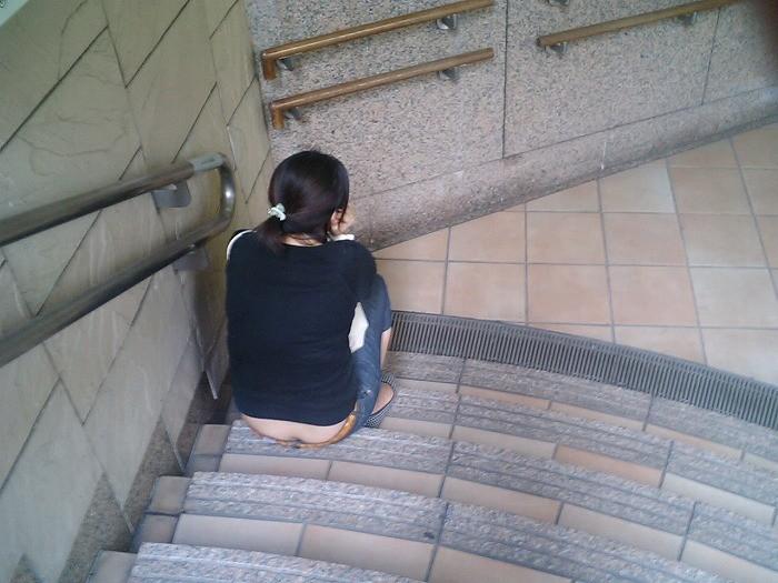 【ハミ尻エロ画像】ここは街中、なのにあの人は平気でローライズから半ケツ晒して痴女疑惑www 06