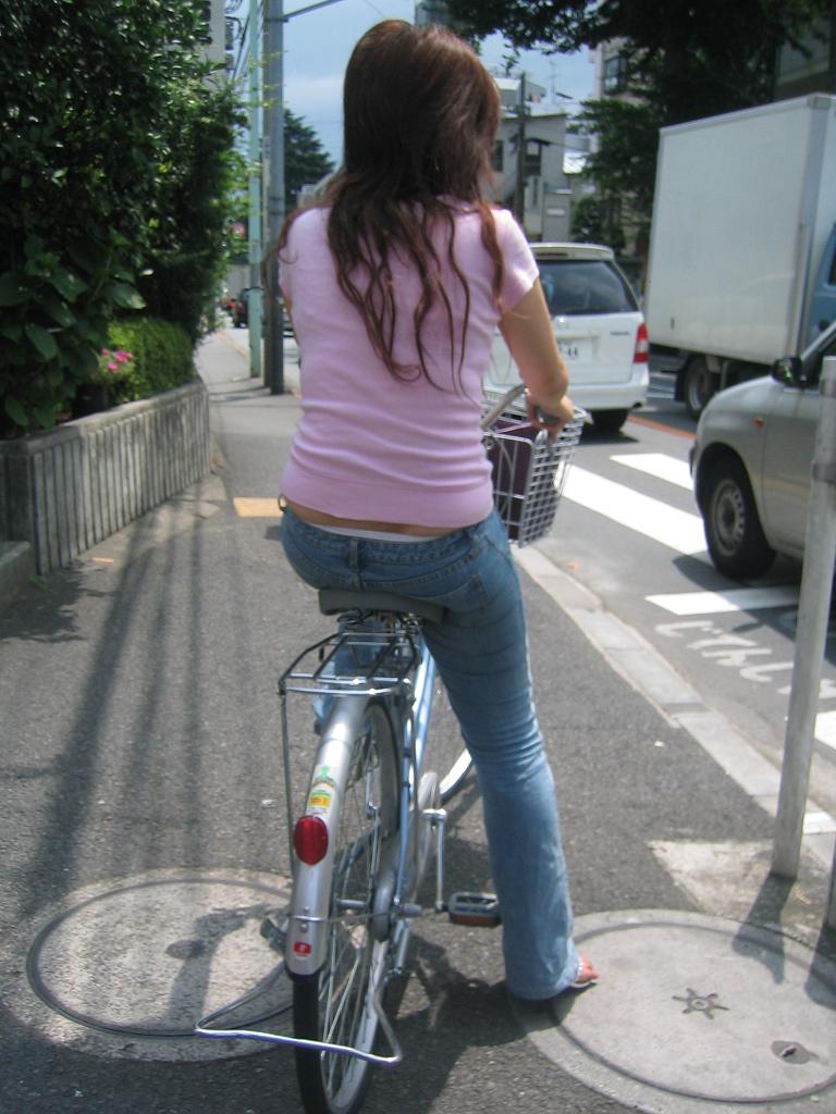 【パンチラエロ画像】ミニスカ女性がチャリ跨いだらパンツ見えるのはもはや揺るがぬ約束事www 01