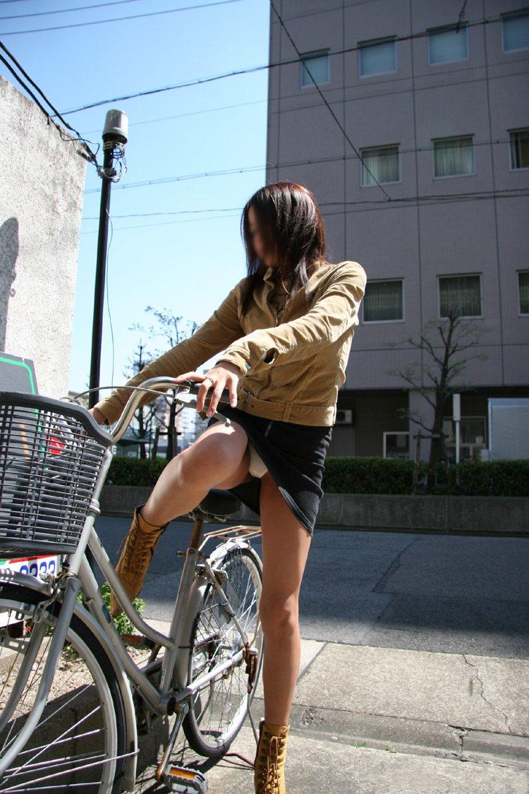 【パンチラエロ画像】ミニスカ女性がチャリ跨いだらパンツ見えるのはもはや揺るがぬ約束事www 03