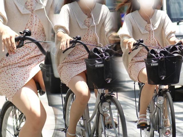 【パンチラエロ画像】ミニスカ女性がチャリ跨いだらパンツ見えるのはもはや揺るがぬ約束事www 08