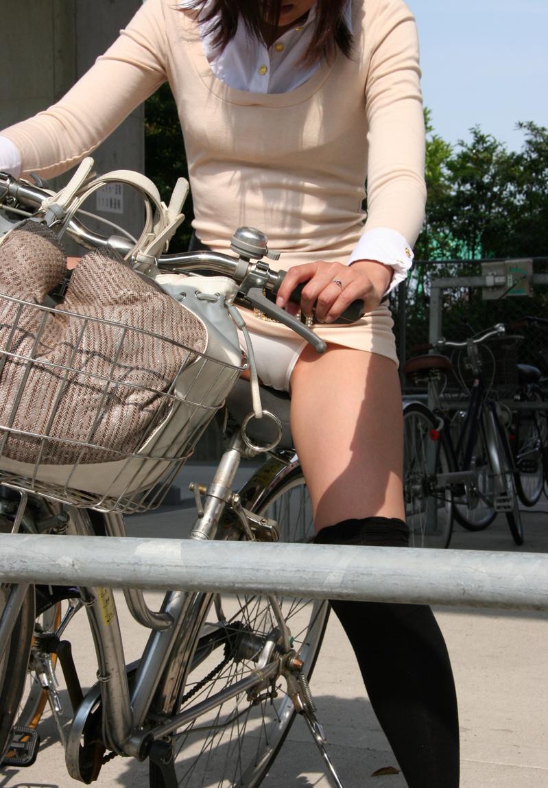 【パンチラエロ画像】ミニスカ女性がチャリ跨いだらパンツ見えるのはもはや揺るがぬ約束事www 10