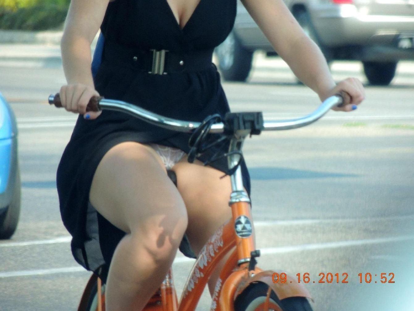 【パンチラエロ画像】ミニスカ女性がチャリ跨いだらパンツ見えるのはもはや揺るがぬ約束事www 11