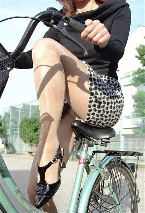 【パンチラエロ画像】ミニスカ女性がチャリ跨いだらパンツ見えるのはもはや揺るがぬ約束事www 17