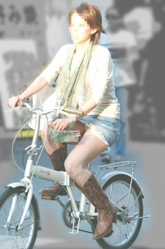 【パンチラエロ画像】ミニスカ女性がチャリ跨いだらパンツ見えるのはもはや揺るがぬ約束事www 20