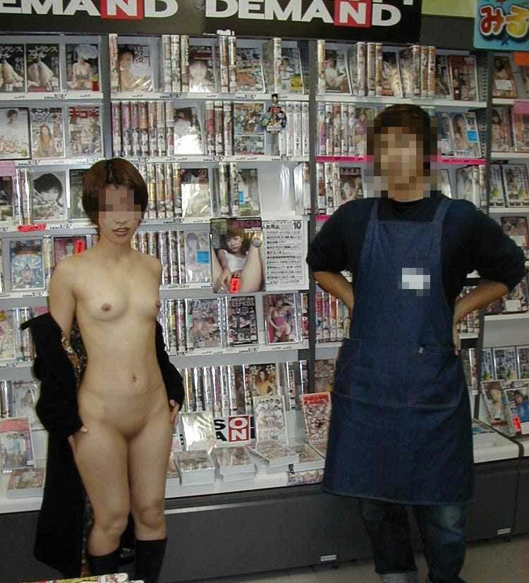 【露出エロ画像】家でやってくれ!(主談)施設や店内でも露出プレイに及ぶ変態淑女www 11