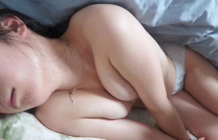 【夜這いエロ画像】変態旦那さんが眠る嫁に仕掛けたイタズラが悪質すぎな件www 001
