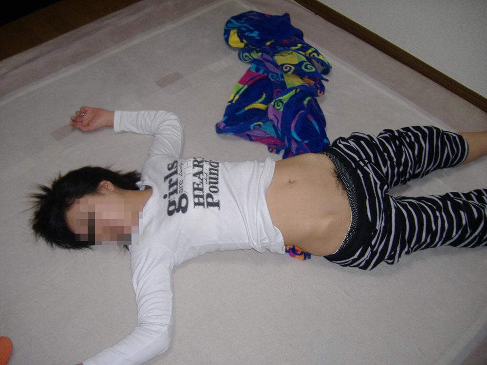 【夜這いエロ画像】変態旦那さんが眠る嫁に仕掛けたイタズラが悪質すぎな件www 08