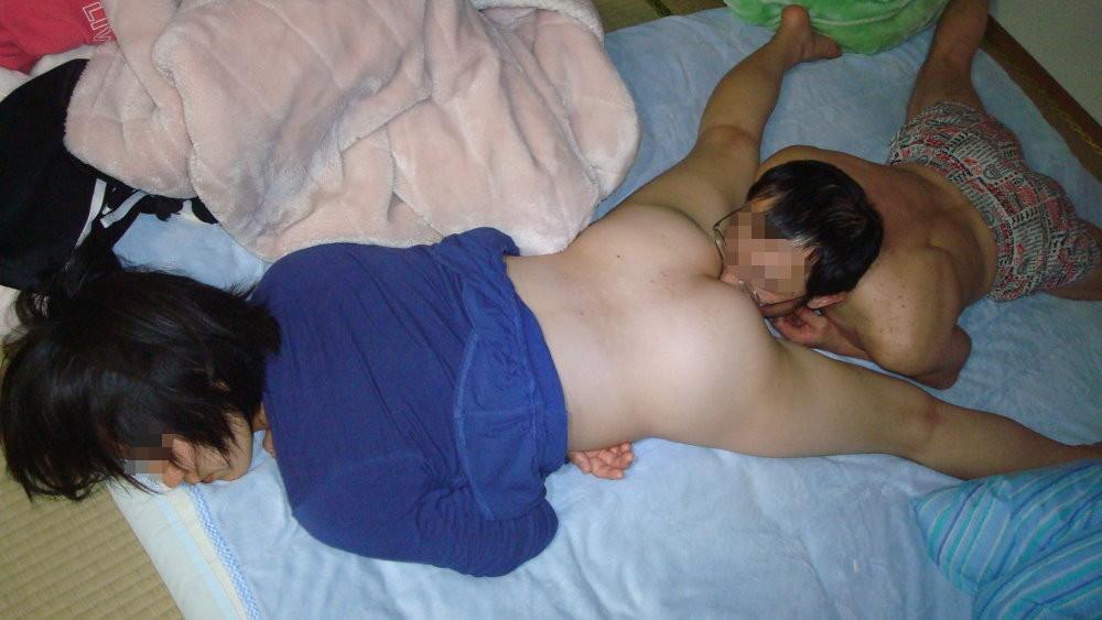 【夜這いエロ画像】変態旦那さんが眠る嫁に仕掛けたイタズラが悪質すぎな件www 17