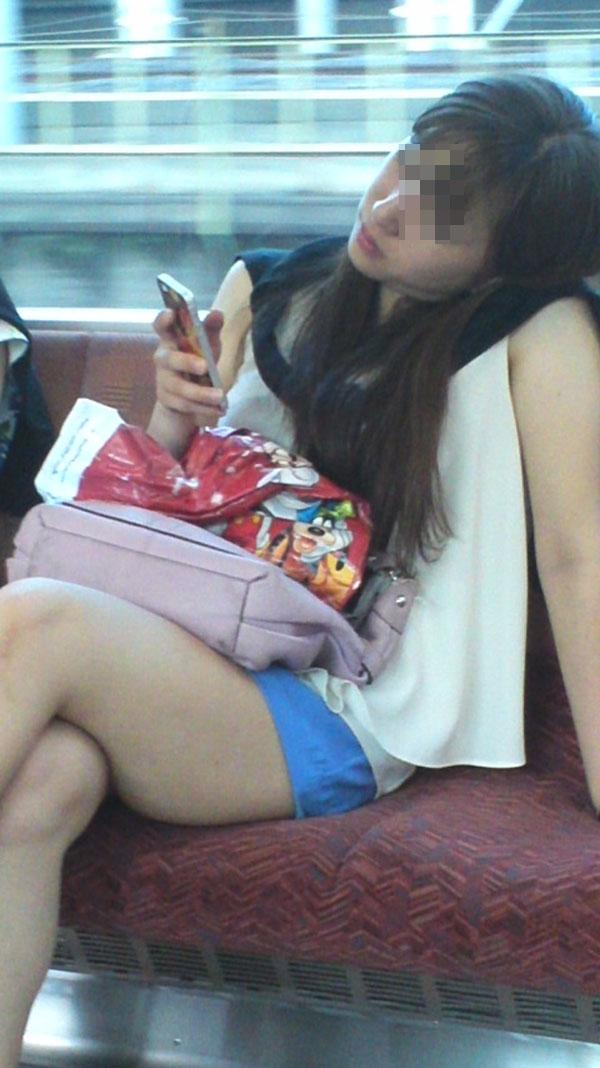 【電車内エロ画像】対面座席に居る非常にけしからん美脚…あわよくばパンチラもwww 01